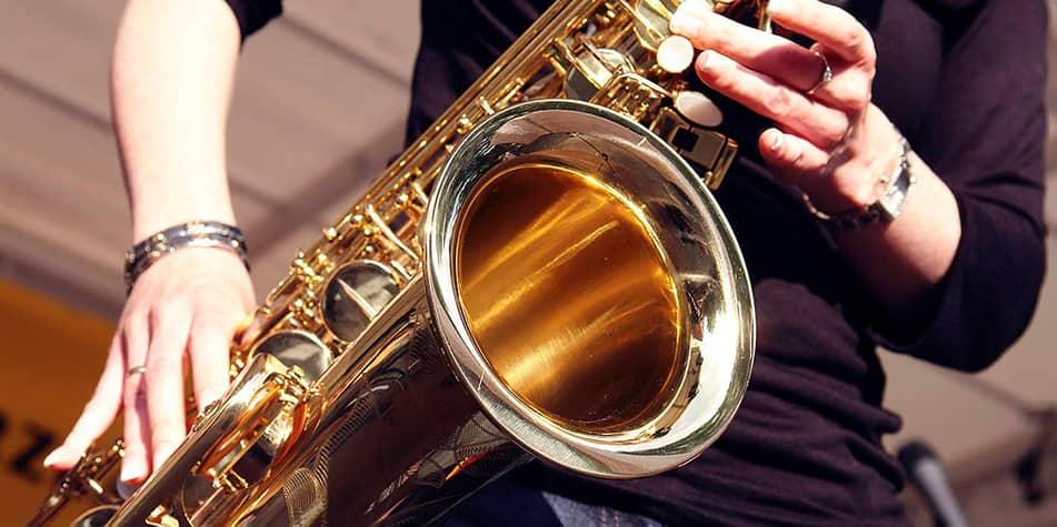 Close-up af saxofon der bliver spillet